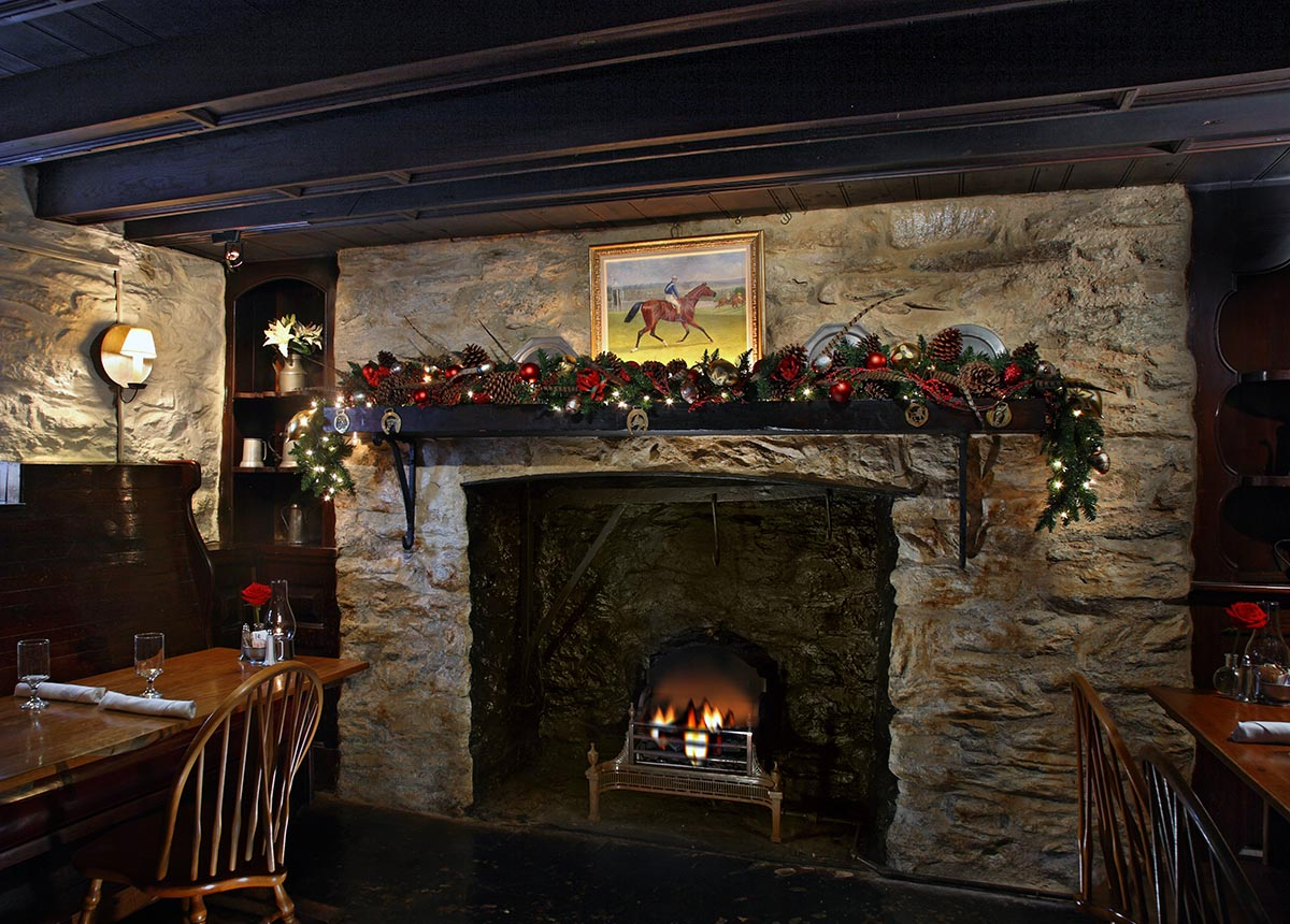 Red Fox Tavern holiday decorations